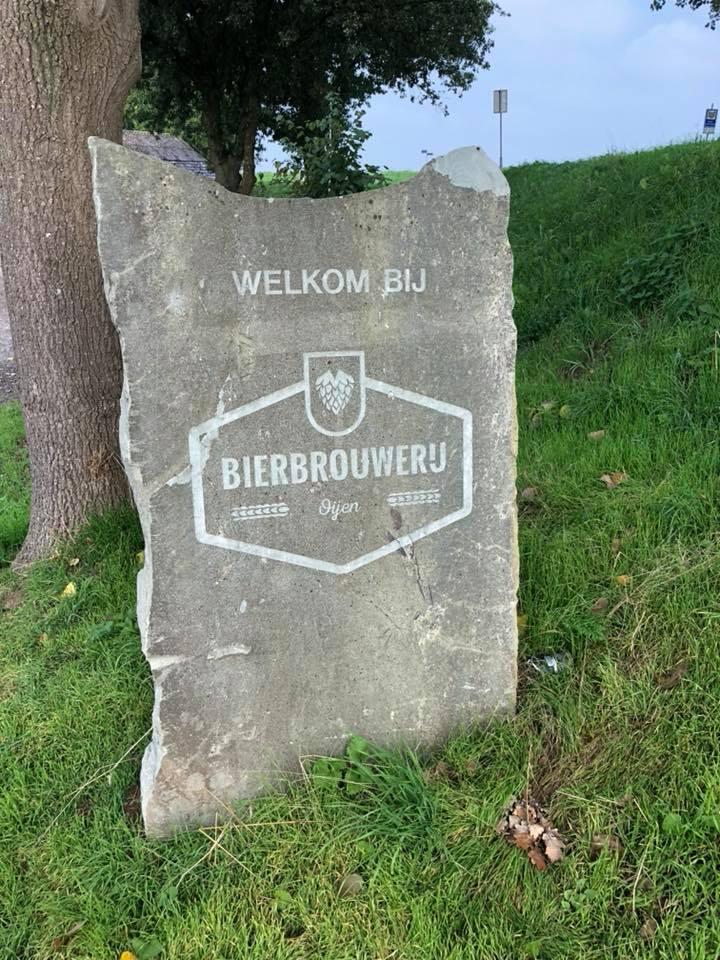 image of a stone sign reading welkom BIJ, Bierbrouweru