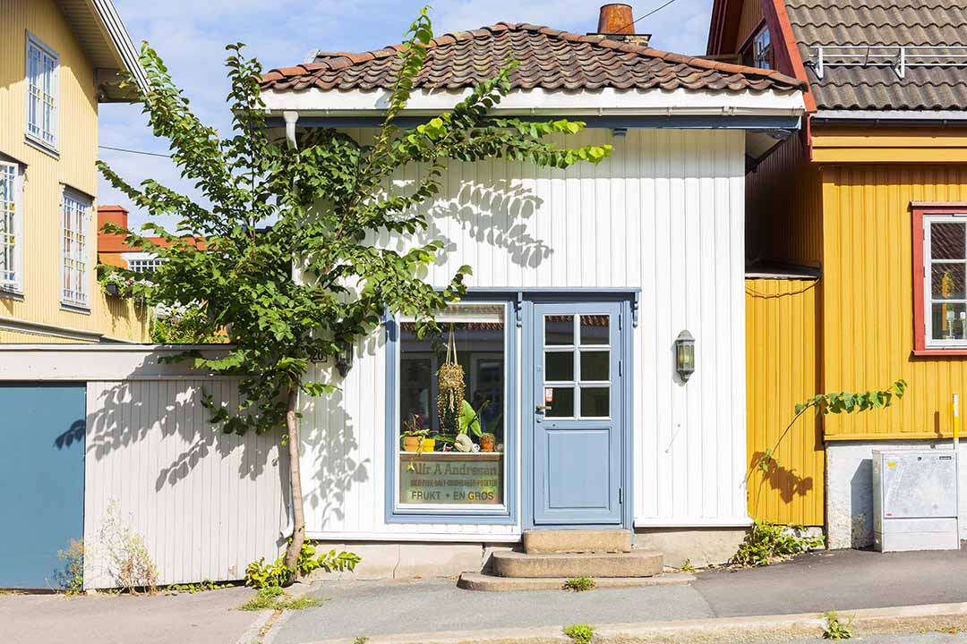 A quaint white building with a pale blue door. Photo credits: VISITOSLO/Didrick Stenersen