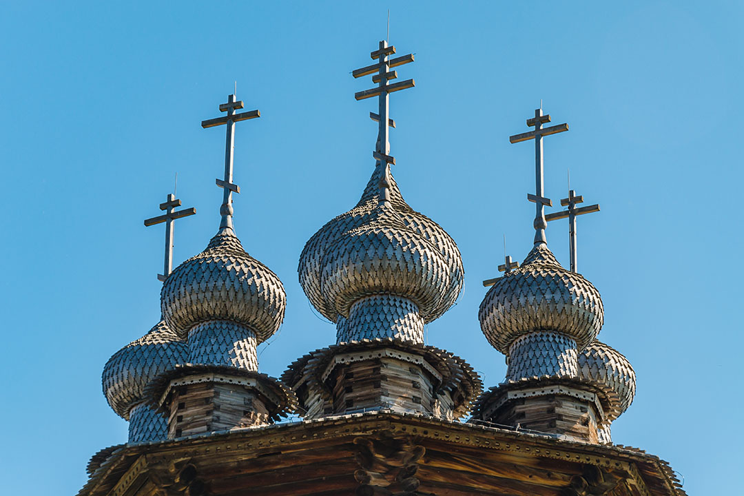The ten-headed crown of the Orthodox Church of the Intercession of the Holy Virgin on Kizhi Island. The unique folk wooden architecture of the 18th century